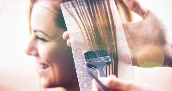Bahaya mewarnai rambut saat hamil
